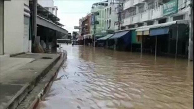 รายงานน้ำท่วมจากตลาดสุโขทัย หลังน้ำยมข้ามพนังกั้นน้ำเข้าท่วมเมือง เมื่อวันที่ 27 ก.ค. 60