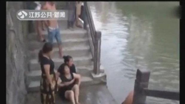 สุดสลด! ครอบครัวจีน 7 ชีวิตขับรถเที่ยว เกิดร่วงน้ำ ลูกดับหมด 5 ศพ