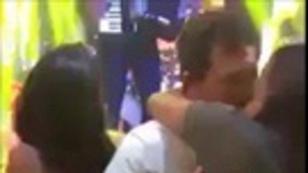 หนุ่มจูบแฟนสาวอย่างดูดดื่มในผับ ดันแอบจับก้นกิ๊กหน้าตาเฉย