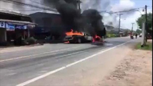 เกิดเหตุรถกระบะ ชนอัดก๊อปปี้กับรถบรรทุก เกิดมีไฟโหมลุกท่วมอย่างรุนแรง