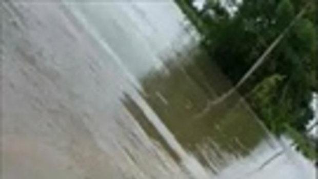 ชาวบ้านแห่ช่วยคนขับกระบะ ขนของช่วยชาวนาน้ำท่วม หลังรถต้านกระแสน้ำไม่ไหว