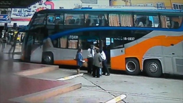 คลิปหญิงลำปางเดินก้มหน้าดูตั๋วรถ พลาดสะดุดหมอนปูน ล้มคว่ำกลางสถานีขนส่ง