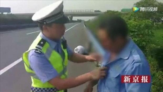 พ่อจีนโค้งคำนับตำรวจ เดินเท้าจะรีบกลับบ้านไปงานศพลูกชาย