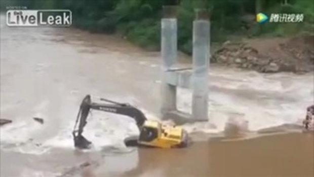 ลุ้นทุกวินาที!!! เผยคลิปคนงานพยายามช่วยเหลือเพื่อน หลังรถติดอยู่ในกระแสน้ำเชี่ยว