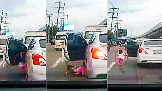 อุทาหรณ์เตือนภัยพ่อแม่! เด็กเล็ก หล่นลงมาจากรถยนต์ หวิดถูกรถทับขา