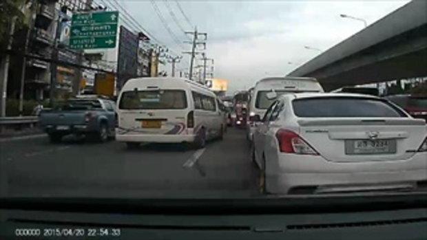 อุทาหรณ์! นาทีระทึกลูกร่วงจากรถกลางถนน แม่ไม่รู้ เคลื่อนรถออกไป ล้อหวิดทับขาขาด