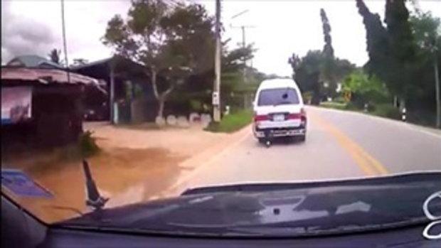 วิจารณ์ยับ! รถตู้นักเรียนปล่อยเด็กนั่งห้อยขาตลอดทาง