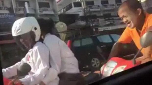 แชร์สนั่น! คลิปชายขี่จักรยานยนต์ หยอกล้อหญิงสาวกลางไฟแดง เอามือตบเบาะ ทำตกใจ