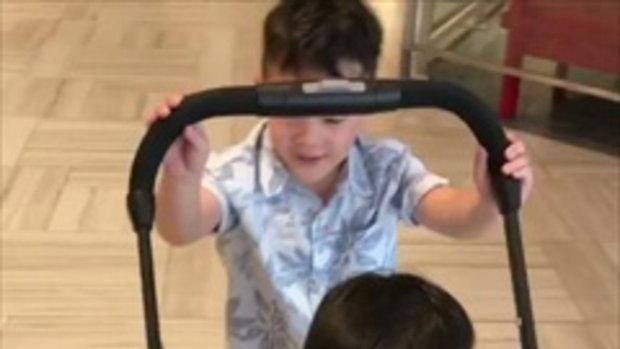 น่าเอ็นดู ลูกชายบัวชมพู น้องขาเจ็บพี่ชายเข็นรถให้นั่ง