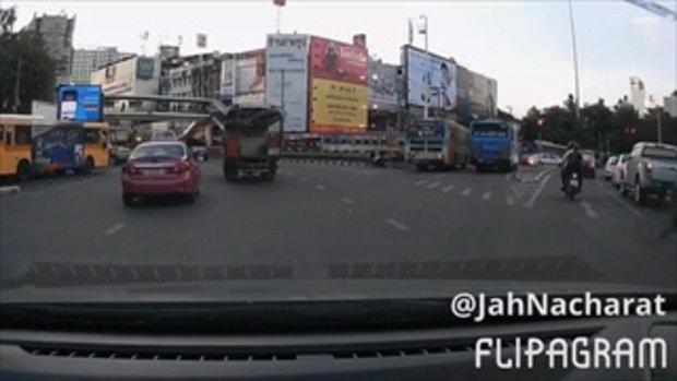 คลิปนาทีระทึก นักเรียนหญิงสองคน จูงมือวิ่งข้ามถนนใต้สะพาน เกือบถูกรถชน