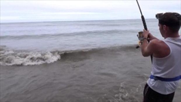 วินาทีหนุ่ม ลงทุนใช้เหยื่อปลาตัวใหญ่ เมื่อปลาติดเบ็ด ถึงกับกรี๊ดร้อง