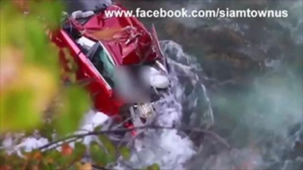เผยคลิปล่าสุดสภาพซากรถ 2 นักศึกษา น้ำลดลง ขาโผล่ออกนอกรถ