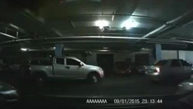 กระบะนิสัยเสีย แย่งที่จอดรถอย่างหน้าตาเฉย ไม่แคร์แม้เก๋งกำลังถอยเข้าซอง !!
