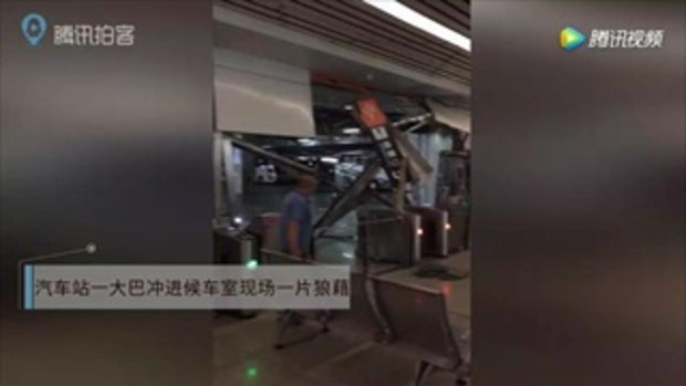 รถบัสจีนพุ่งทะลุเข้าตัวอาคาร ชนระนาวผู้โดยสารเจ็บ 5