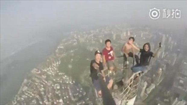 ไม่กล้าจริงทำไม่ได้...หนุ่มจีนท้าตาย ปีนขึ้นไปถ่ายเซลฟี่ บนยอดตึกสูง