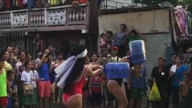 สาวใส่ชุดว่ายน้ำเล่น ปิดตาเอาถังน้ำไล่ตี ทั้งสนุกและฮา !!
