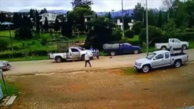 นาทีสลด! เด็ก 15 ถอยกระบะชนชาวบ้าน ซ้ำลากเข้าใต้ท้องรถ