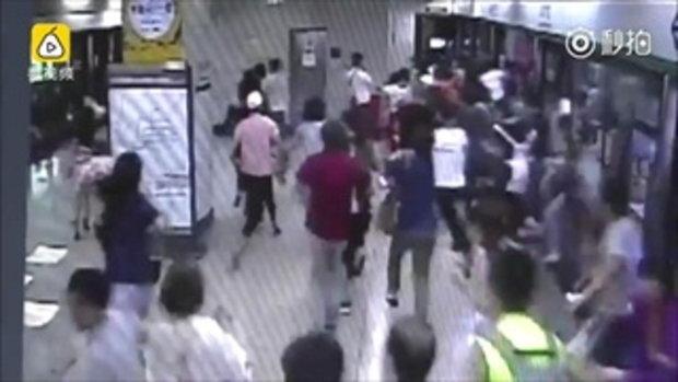 โอละพ่อ! หนุ่มจีนรีบวิ่งออกตู้รถไฟใต้ดิน ทำคนแตกตื่นวิ่งตามทั้งขบวน
