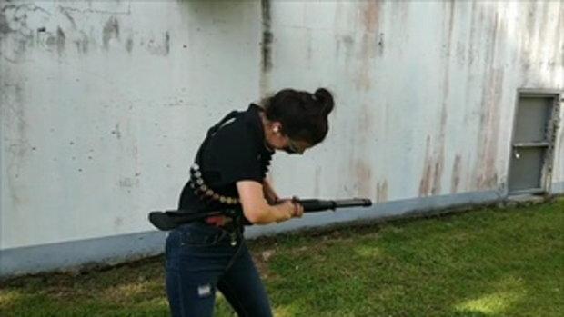 สวยโหด !!! สาวสวยหน้าตาดี โชว์ยิงปืนลูกซอง Benelli M4
