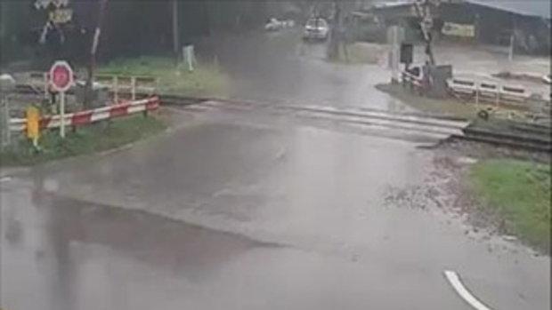 วินาทีรถบิ๊กไบค์ชนเก๋งทางตัดรถไฟ