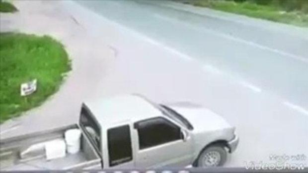 เปิดภาพวินาทีรถกระบะพุ่งชนรถจักรยานยนต์พ่วงข้าง ที่กำลังเลี้ยวรถกลับซอยเข้าบ้าน