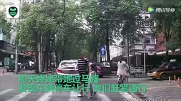 น่ารัก! อาหมวยโค้งขอบคุณ คนหยุดรถให้ข้ามถนน