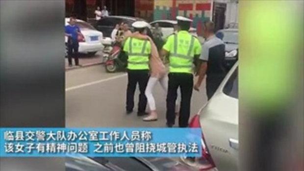 ม๊วฟเข้าให้! ตำรวจจีนถูกหญิงโอบคอบังคับจูบกลางถนน