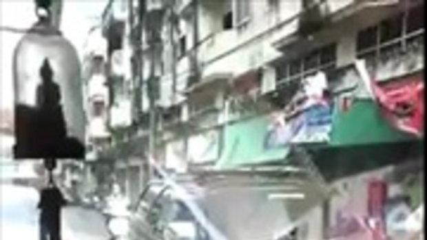 ใหญ่คับซอย! หนุ่มจอดรถลงไปเจรจา เจอจัดหนัก ชักปืนขู่ ตบหน้าหัน ชาวเน็ตแชร์ว่อน สงสัยอยากดัง !!!