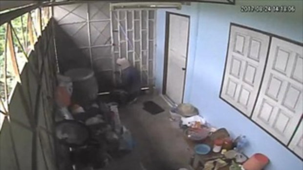 เจ้าของบ้านผวา โดนโจรสวมไอ้โม่งงัดบ้าน 4 ครั้งใน 1 ปี มีเย้ยใส่กล้องวงจรปิด