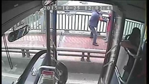 โชเฟอร์ รถเมล์จีน จอดรับสาวพยายามกระโดดสะพานฆ่าตัวตาย