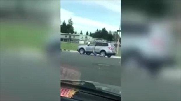ใครจะยอม! เจ้าของรถเหยียบคันเร่งฉุดกระชากลากถูโจรไปตามถนนจนกางเกงหลุด