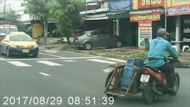 โชคดีที่มีกล้อง หนุ่มขับรถอยู่ดีๆ เจอชายเดินข้างถนนพุ่งกระโดดใส่
