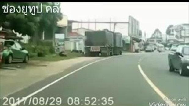 นาทีระทึก! หนุ่มอุบลฯคลั่ง ยืนข้างถนนรอจังหวะ ก่อนกระโดดให้รถชน