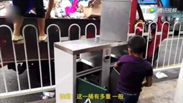 สุดยอด! เด็กชายจีน 9 ขวบช่วยแม่ทำงานยกถังหนักกว่า 10 กก.