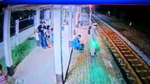 หัวใจจะวาย นายสถานีไหวพริบไว ช่วยชีวิตคนเมา เดินโซเซเกือบโดนรถไฟเฉี่ยวสยอง