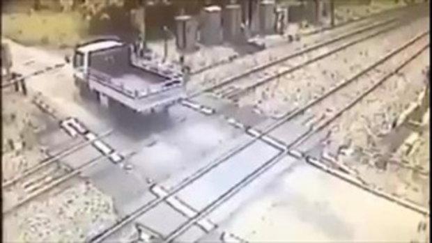 เป็นคุณจะทำไง ?? #เมื่อรถติดอยู่กลางรถไฟ