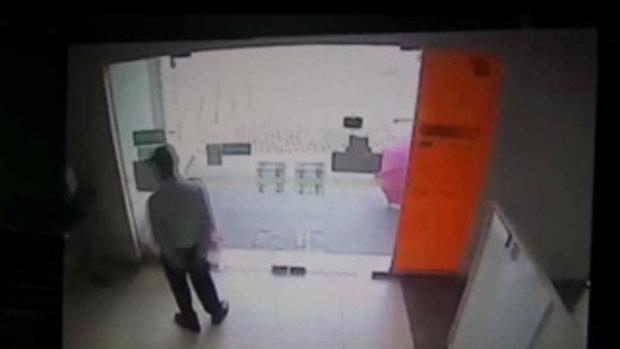 CCTVจับภาพโจรบุกเดี่ยวจี้ธ.ธนชาตบางโคล่ชิง2แสนบาท
