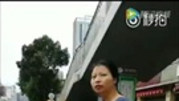 หญิงจีนไม่พอใจ จักรยานแชร์ใช้ขวางทาง จูงไปวางทิ้งกลางถนน