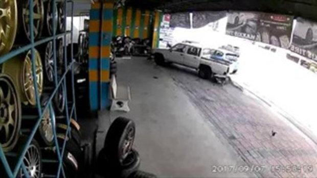 นาทีเฉียดตาย! โชคดีปลอดภัยทั้งคนขับจักรยานยนต์และช่างในร้านยาง