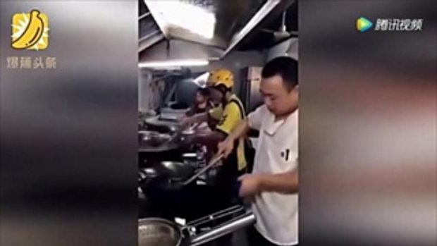 แชร์สนั่น! หนุ่มส่งอาหารจีนเข้าครัวทำอาหารเอง ไม่ทันใจพ่อครัวช้า