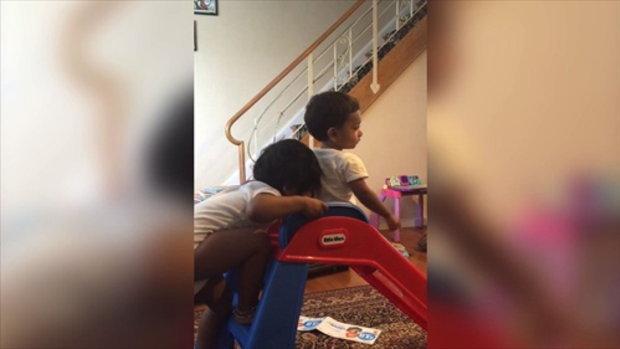 สองพี่น้องเล่นไม้ลื่น