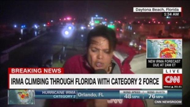 ผู้สื่อข่าวหญิง CNN ลงพื้นที่เฮอริเคนเออร์มา เจอลมกระหน่ำแทบปลิว
