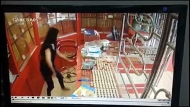 โจรปล้นร้านทอง คิดหนีแต่กลับโดนล็อกประตู พร้อมเจ้าของร้านหยิบปืนขู่
