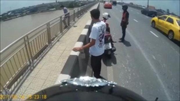ระทึก !! นาทีตำรวจ พลเมือง ช่วยกันคว้ามือหนุ่มคิดสั้นกระโดดสะพานจมหายต่อหน้า