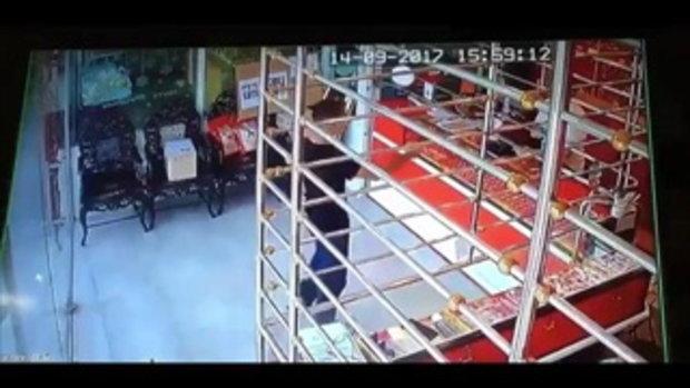 เปิดคลิปนาทีระทึก !! หนุ่มควงปืนบุกเดี่ยวปล้นร้านทอง ก่อนยิงประตูแตก ขึ้นปิกอัพซิ่งหนี