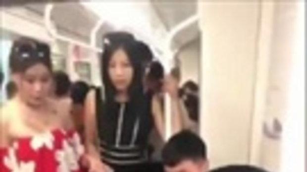 จ้องกันทั้งขบวน ! หนุ่มรัวนิ้วยิก ๆ บนรถไฟฟ้า ผู้โดยสารสงสัยทำอะไรอยู่