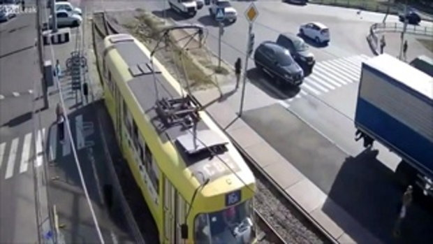 ประมาทแค่ไม่กี่วินาที ก็ต้องเสียใจไปตลอดชีวิต!!! สาวเดินข้ามรางรถไฟโดยไม่หันไม่มอง