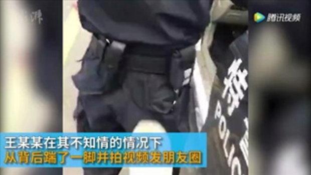 หนุ่มจีนพิเรนทร์ ย่องข้างหลัง..ถีบตำรวจหน่วยสวาท