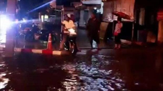 โดนฝนถล่ม 2 ชั่วโมงเมืองโคราชกลายเป็นทะเล แม่ค้าตลาดเซฟวันขนของหนีจ้าละหวั่น