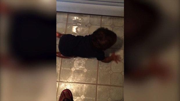 เมื่อเด็ก ๆ สนุกกับน้ำมันที่เลอะเทอะอยู่ในครัว